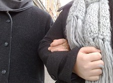 Twee mensen arm in arm