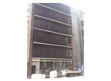 De gevel van het centraal vlaamsoogpunt in de Kortrijksesteenweg te Gent. Dit nieuwe gebouw heeft zes verdiepingen. De voorgevelt straalt iets bijzonders uit: op elke verdieping hangen metalen panelen die het licht afschermen; deze verticale bruine roosters bewegen de hele dag door, waardoor de gevel er voortdurend anders uitziet.
