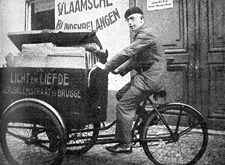 Met een bakfiets wordt het tijdschrift van Licht en Liefde naar de post gebracht (1936)
