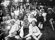 Met Licht en Liefde naar Tiegem: zicht op de groep met vooraan de kinderen (1937)