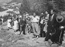 Groep van Licht en Liefde op stap in de bergen (Lourdesbedevaart 1947)