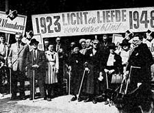 """""""25 jaar Licht en Liefde"""" in Brugge: groep blinden met spandoek, na de optocht (1948)"""
