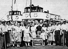 Vakantiegangers van Licht en Liefde, klaar voor een boottochtje op de Schelde (1957)