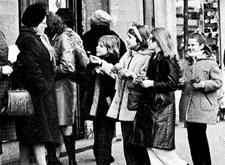 Bloempjesactie: jonge verkoopstertjes in actie op straat (1972)