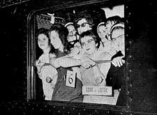 Met Licht en Liefde naar een congres in Versailles: groep vrouwelijke leerlingen van Ganspoel hangt uit het raam van de trein (1965)