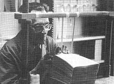 Roger Gosselin bindt op ambachtelijke wijze een brailleboek in (1984)