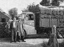Dienst Werkverschaffing in volle actie: de vrachtwagen van Licht en Liefde brengt wissen naar de blinde mandenmakers (1955)