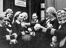 """Licht en Liefde Brugge: """"de juffrouwen-verpleegsters bereiden zich tot den verkoop van het Blindenbloempje"""" (1938)"""