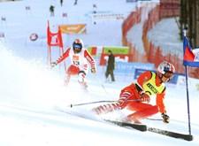 Skiër en begeleider in actie