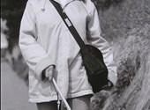 Zwartwitfoto van blinde vrouw, op stap met de witte stok
