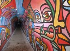 Een lange tunnel, veelkleurig beschilderd