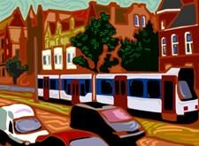 Ietwat vervormd beeld van een straat met huizen, een tram en auto's