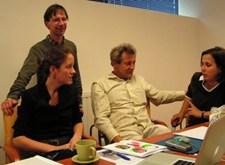 Jan en Freya aan het werk samen met Jacek en Anna van Drukarnia Narodowa