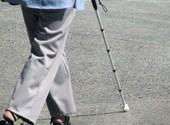 Persoon die met een witte stok wandelt