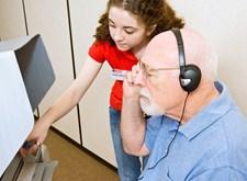 De zintuigen van een oudere man worden getest met speciale apparatuur