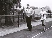 Slechtziende atleet, begeleid door zijn zoon