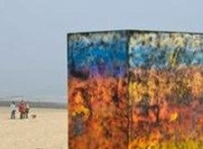 Veelkleurige kubus op het strand