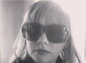 Blind meisje met donkere bril