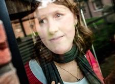 Deborah, gefotografeerd terwijl ze door het venster naar buiten kijkt (foto Luc Dewaele)