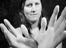 Zwart-witfoto van Deborah die haar handen uitsteekt (foto Luc Dewaele)