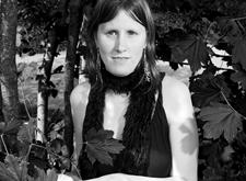 Zwart-witfoto van Deborah, poserend tussen de bladeren van een boom (foto Luc Dewaele)