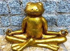 Koperen beeld van mediterende kikker