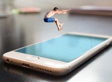 Zwemmer springt in het scherm van een iPhone, die eruitziet als een zwembad