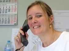 Inge Fraeyman, glimlachend aan het telefoneren
