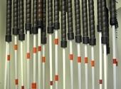 Witte stokken van uiteenlopende lengte, naast elkaar opgehangen