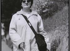 Vrouw wandelt met witte stok