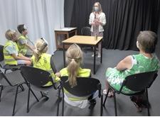 Kinderen luisteren naar een ervaringsdeskundige bij XiNiX (foto: basisschool De Wassenaard Varsenare)