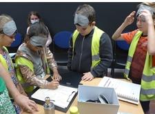 Kinderen op ontdekking, met blinddoekjes