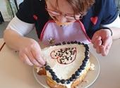 Deelneemster versiert zelfgebakken hartvormige taart
