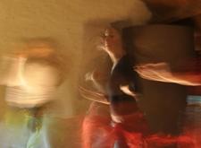 Foto vol beweging van dansende mensen
