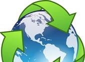 De aarde met recyclagepijlen eromheen
